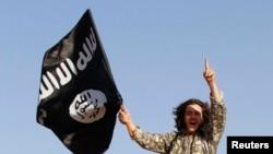 پرچم گروه «حکومت اسلامی» در دست یکی از جنگجویان این گروه. عکس آرشیوی است.