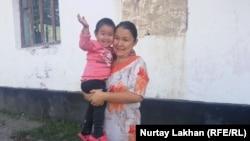 Переехавшая из Китая в Казахстан Роза Отанбек с младшей дочерью Зере, у которой нет удостоверяющих личность документов.