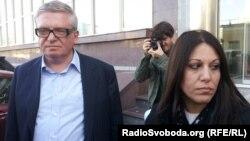 Костянтин Кагаловський і Ортодоксія Нікія біля входу в будівлю, де розташований офіс «ТВі», Київ, 26 квітня 2013 року