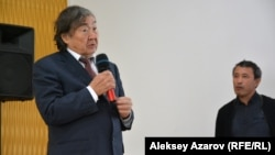 Поэт и общественный деятель Олжас Сулейменов выступает на презентации фильма о Герольде Бельгере. Алматы, 28 октября 2016 года.