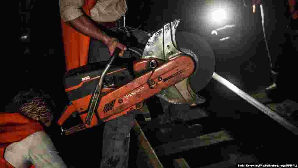 Цим інструментом послуговуються для закріплення стиків на нових рейках