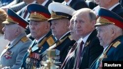 Predsednici Rusije Vladimir Putin i Kazahstana Nursultan Nazarbaev uz veterane na paradi povodom Dana pobede nad fašizmom u Moskvi