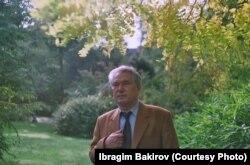 "Чыңгыз Айтматов Брюсселдеги ""Тенбош"" гүлбагында. И. Бакировдун белек фотосу."