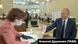 Владимир Путин на участке для голосования