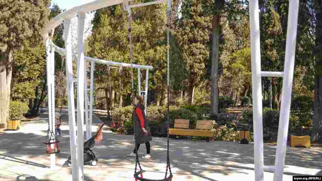 При реконструкции пожелания ялтинских родителей, недовольных травмоопасными качелями в парке, учли. Прежнюю систему заменили на цепочки и установили мягкие сидения