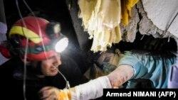 Спасителните екипи продължават търсенето на затиснати от сгради хора