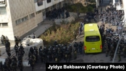 Сотрудники милиции во дворе мэрии Оша, 6 декабря. Фото независимой журналистки из Оша Жылдыз Бекбаевой