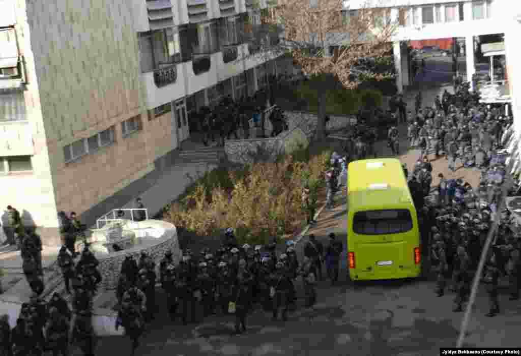Еще 5 декабря было сообщение, что силовики усилили охрану этих зданий, ссылаясь на якобы плановые, еженедельные учения