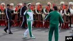 Президент Туркменистана Гурбангулы Бердымухамедов во время церемонии в рамках подготовки к Азиатским играм в закрытых помещениях и по боевым искусствам. 5 мая 2016 года.