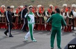 Түркіменстан президенті Гурбангулы Бердімұхаммедов 500 күндік салт атты шерудің салтанатты ашылу сәтінде. Ашғабат, 5 мамыр 2016 жыл.