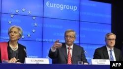 Christine Lagarde, directoarea FMI, premierul Luxemburgului și președinte al Eurogrupului, Jean-Claude Juncker și comisarul european Olli Rehn la o conferință de presă la Bruxelles