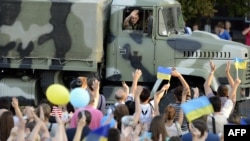 Мешканці Маріуполя вітають українські війська, 4 вересня 2014 року