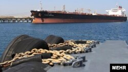 یک نفتکش ایرانی در ساحل جزیره خارگ
