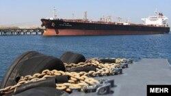 در پی تحریمها، صادرات نفتی ایران به یکسوم سابق کاهش پیدا کرده است. ۸۰ درصد از درآمد ایران به صادرات نفت وابسته است.