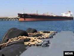 Cisternë nafte në Kharg, Iran