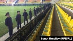 Полицейские на матче молодежных сборных Казахстана и Англии. Актобе, 6 октября 2016 года.