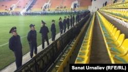 Қазақстан мен Англия жастар құрамалары арасындағы футбол матчындағы полиция қызметкерлері. Ақтөбе, 6 қазан 2016 жыл.