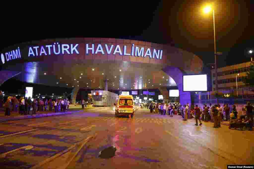У 2015 році аеропорт Ататюрка увійшов до трійки найбільших аеропортів Європи після лондонського Хітроу та аеропорту Шарля де Голля в Парижі