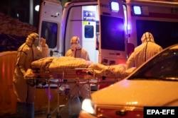 Спецотряд медиков забирает очередного заболевшего в городе Ухань. 23 января 2020 года