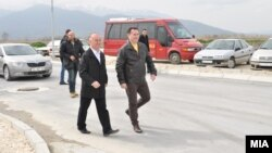 Премиерот Никола Груевски во посета на индустриската зона Жабени со градоначалникот на Битола и кандидат за уште еден мандат Владимир Талески.