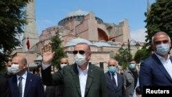 Архивска фотографија - Реџеп Таип Ердоган со заштитна маска после молитва во Света Софија, која неодамна беше пренаменета од музеј во џамија.
