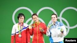 Призеры Игр в тяжелой атлетике (до 63 килограммов). Карина Горичева — первая справа. Рио-де-Жанейро, 9 августа 2016 года.