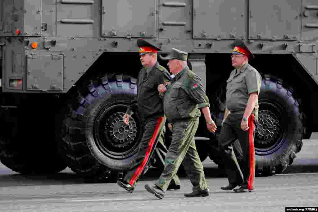 Усю тэхніку асабіста праінспэктаваў Міністр абароны Андрэй Раўкоў (зьлева) разам са сваімі намесьнікамі