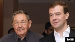 Presidents Dmitry Medvedev (right) and Raul Castro at the presidential residence in Zavidovo