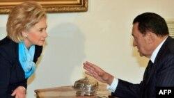 حسنی مبارک (راست) رییس جمهوری مصر در دیدار با هیلاری کلینتون، وزیر خارجه آمریکا