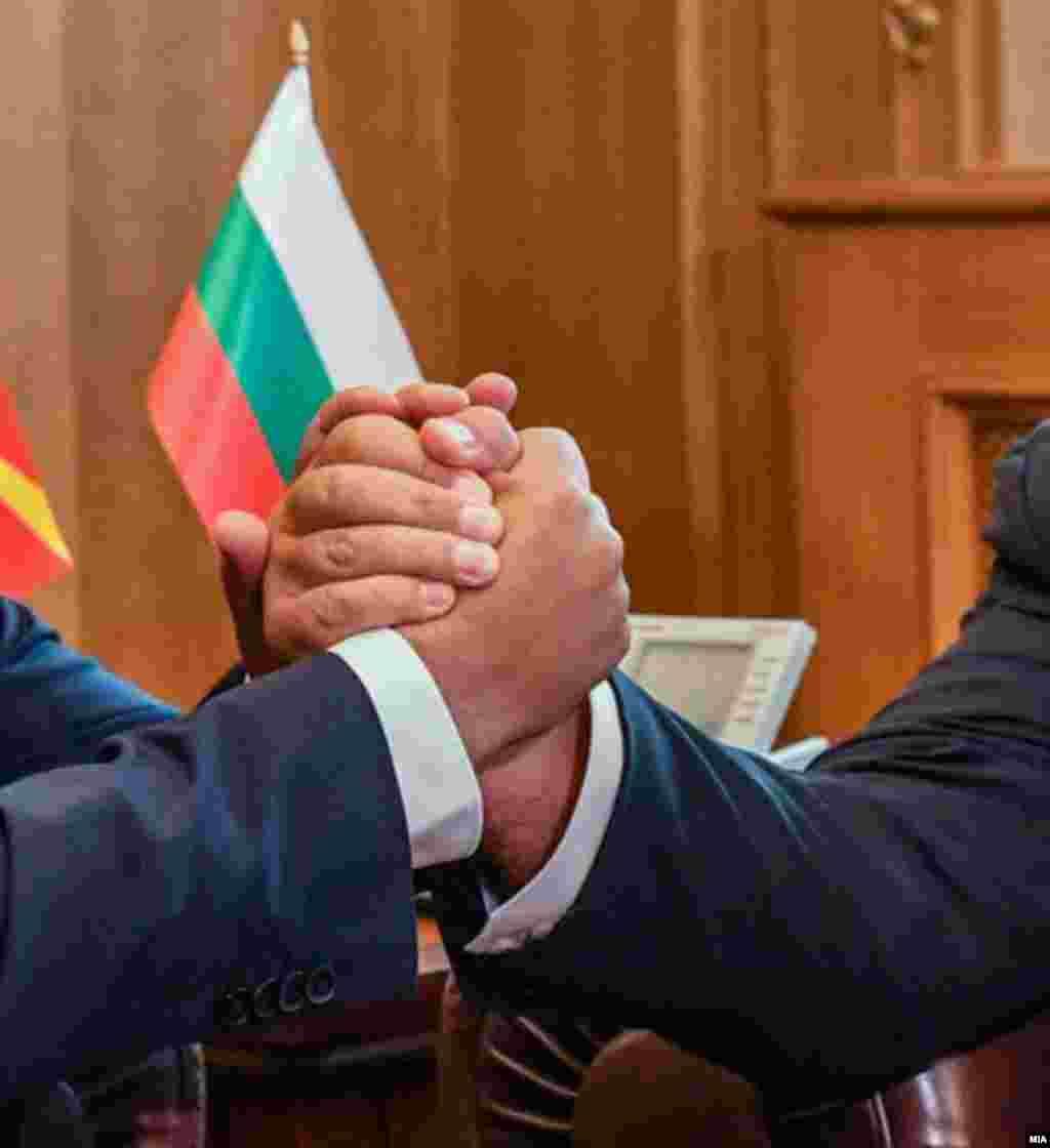 МАКЕДОНИЈА - Претседателот Стево Пендаровски изјави дека нема најави од бугарскиот државен врв дека ќе го блокираат доделувањето датум за отпочнување преговори со ЕУ, туку е тоа најава за поставување барања кои би биле врамени како нивни бенчмаркови во понатамошниот тек на преговорите со Унијата.