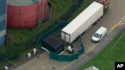 Полицајци го истражуваат камионот во кој се најдени жртвите.