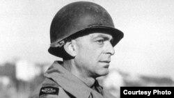 Эд Кенэдзі ў 1944 годзе