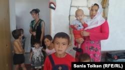 Бибикамиля (с ребенком на руках), репатриант из Афганистана, рассказывают о трудностях, с которыми сталкивается ее семья. Мангистауская область, 16 сентября 2016 года.