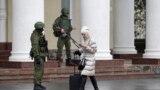 Симферополдогу эл аралык аба майданынын кире бериши. 28.2.2014.