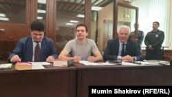 Оппозициялық саясаткер Илья Яшин (ортада) мен адвокаттары Тверь сотында отыр. Мәскеу, 29 тамыз 2019 жыл.