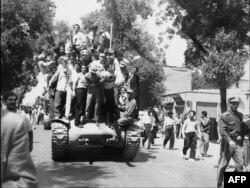 İran ordusunun zabitləri və monarxiya tərəfdarları şahın ölkəyə qayıdışını alqışlayırlar. 27 avqust 1953.