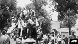 Иранские монархисты празднуют возвращение шаха Мохаммеда Резы Пехлеви из изгнания. Конец августа 1953 года
