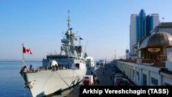 Фрегат королевских военно-морских сил Канады Toronto в порту Одессы. 1 апреля 2019