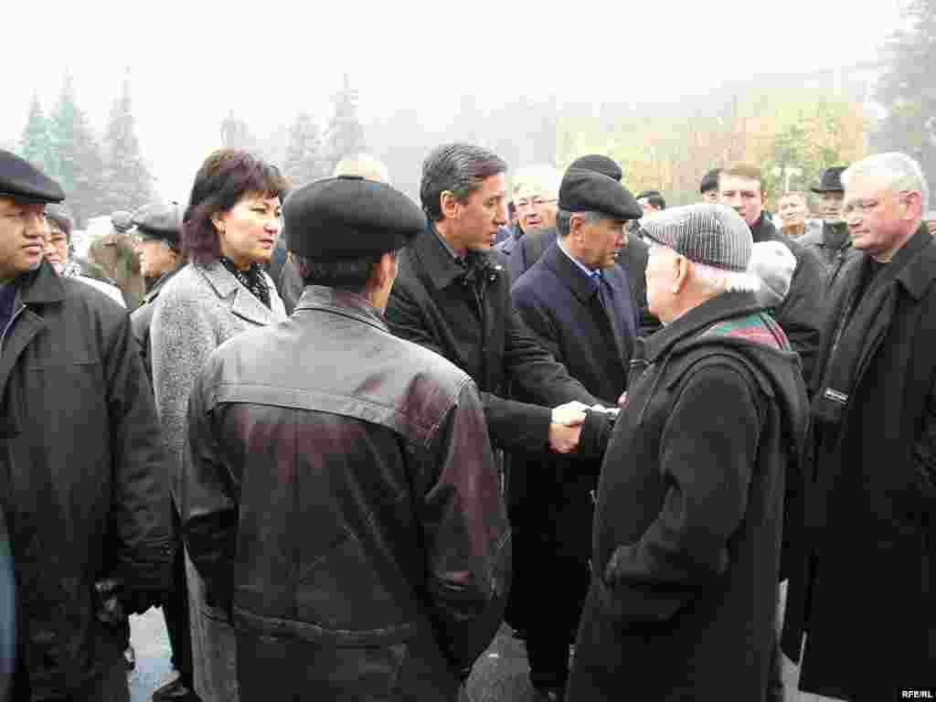 Лидеры оппозиции на похоронах Заманбека Нуркадилова.