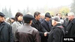 Лидеры оппозиции на похоронах Заманбека Нуркадилова. Алматы, 15 ноября 2005 года.