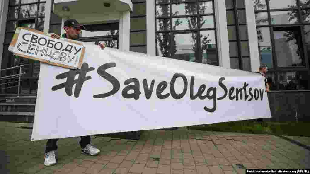 Активисты пришли с плакатами «SaveOlegSentsov», «Свободу Сенцову», «Artist, not a terrorist»