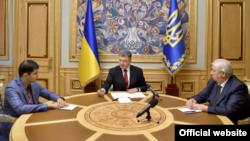 Перший заступник генпрокурор Давід Сакварелідзе, президент Петро Порошенко та генпрокурор Віктор Шокін (зліва направо) на зустрічі в адміністрації президента, 14 липня 2015 року (фото з сайту президента)