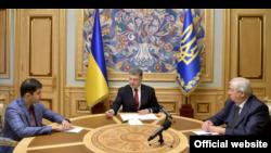 Перший заступник генпрокурора Давид Сакварелідзе, президент Петро Порошенко та генпрокурор Віктор Шокін (зліва направо) на зустрічі в адміністрації президента, 14 липня 2015 року (фото з сайту президента)