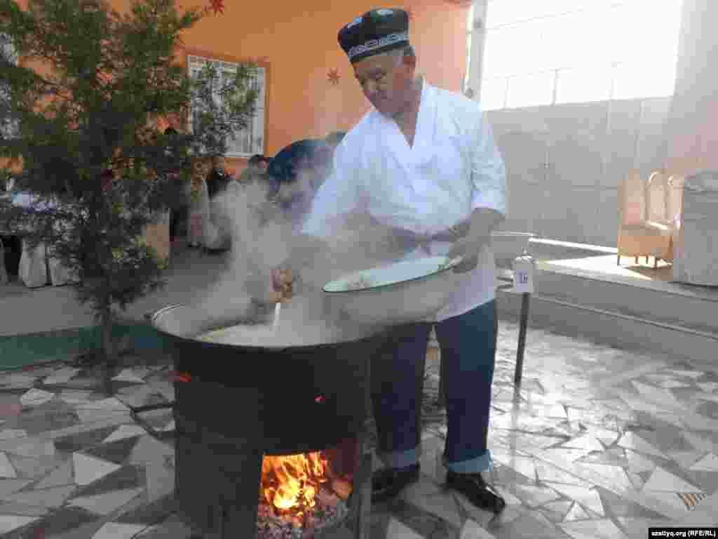 55-летний Хамид Кадиров говорит, что готовит плов вот уже 25 лет. Шымкент, 25 октября 2014 года.