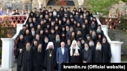 Владимир Путин при посещении Свято-Пантелеимонова монастыря на Горе Афон
