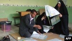 موظفو مفوضية الإنتخابات في كربلاء يقومون بفرز أصوات الناخبين في إنتخابات 2010 العامة