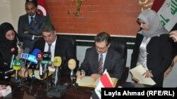 وزيرا الشباب والرياضة العراقي جاسم محمد جعفر (يمين) والأذربيجاني آزاد رحيموف (يسار) يوقعان في بغداد مذكرة تفاهم للتعاون الرياضي بين البلدين.