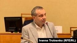 Володимир Тиліщак під час сенатських слухань в Празі