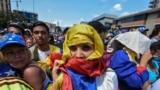 Участники одной из антиправительственных манифестаций в Каракасе