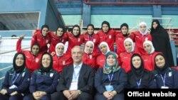 تیم فوتسال زنان ایران در کنار علی کفاشیان، رئیس فدراسیون فوتبال و الهه عرب عامری، نایب رئیس سوم فدراسیون و رییس کمیته بانوان